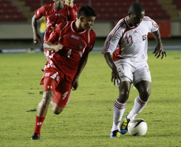 Panama's Martin Gomez (L) chases Trinidad and Tobago's Kevon Carter during their soccer friendly in Panama City September 7, 2010.